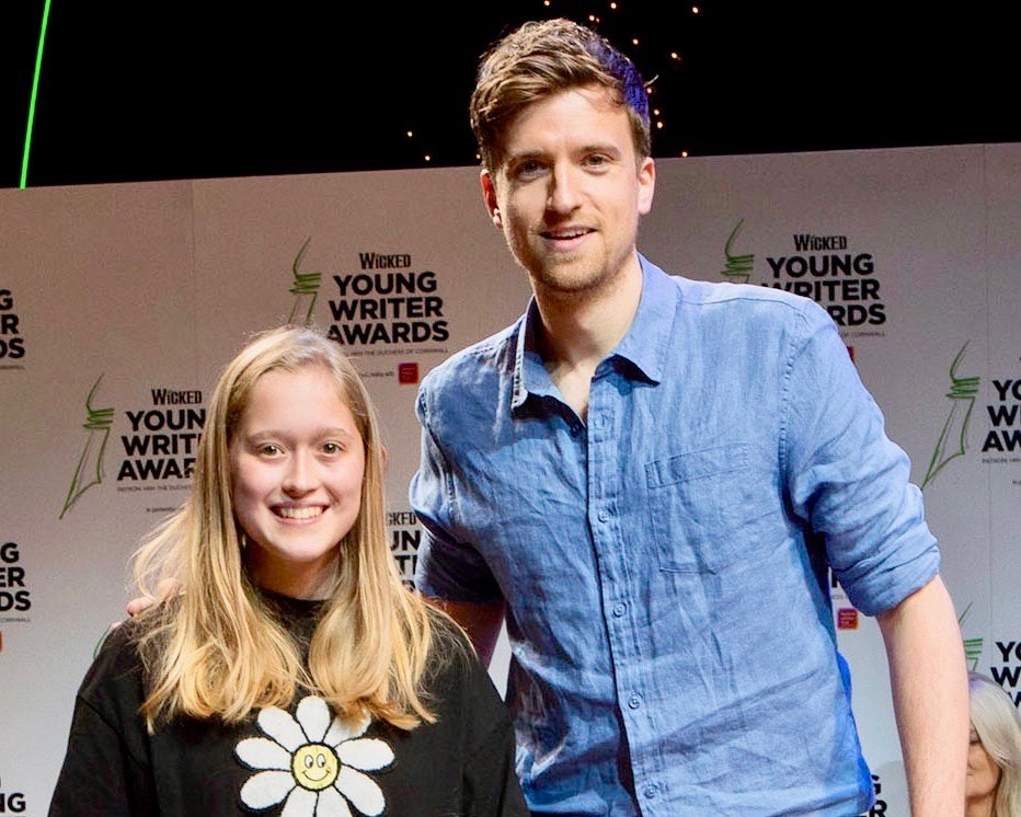 11-14 Category Winner Freya Hannan-Mills with host Greg James - Wicked Young Writer Awards 2018 Photo Credit: Ellie Kurttz